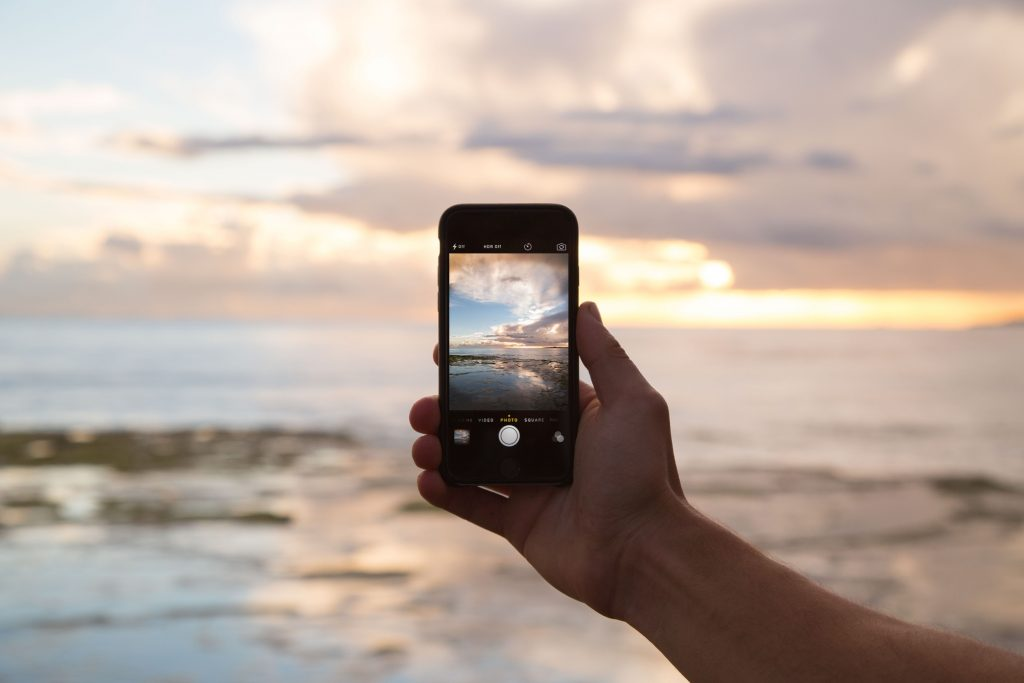Auf einer Minikreuzfahrt verursachte der zwölfjährige Sohn der Familie horrende Handykosten, weil er sich auf seinem Smartphone einige Videos ansah.