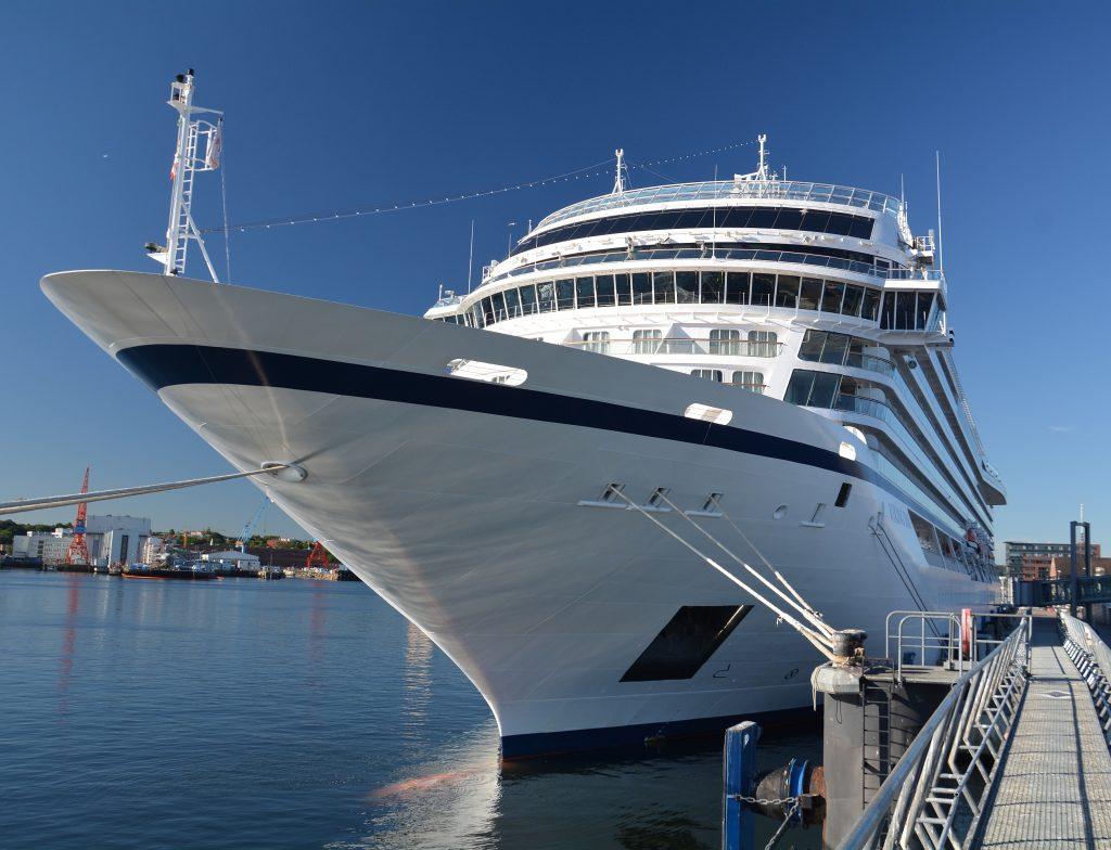 """Premiere von Viking Ocean Cruises in Kiel. Begleitet von den Wasserfontänen eines Hafenschleppers lief am Dienstagmorgen die """"Viking Sun"""" zum Erstanlauf in den Hafen ein."""