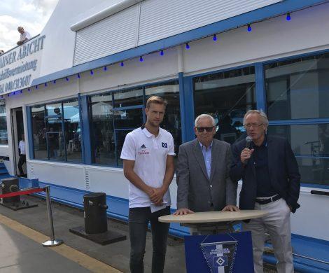 Nach dem Schiffbruch des Abstiegs in die 2. Fußballbundesliga, hat der Hamburger Sport-Verein jetzt ein eigenes, in den Vereinsfarben gebrandetes Schiff bekommen: