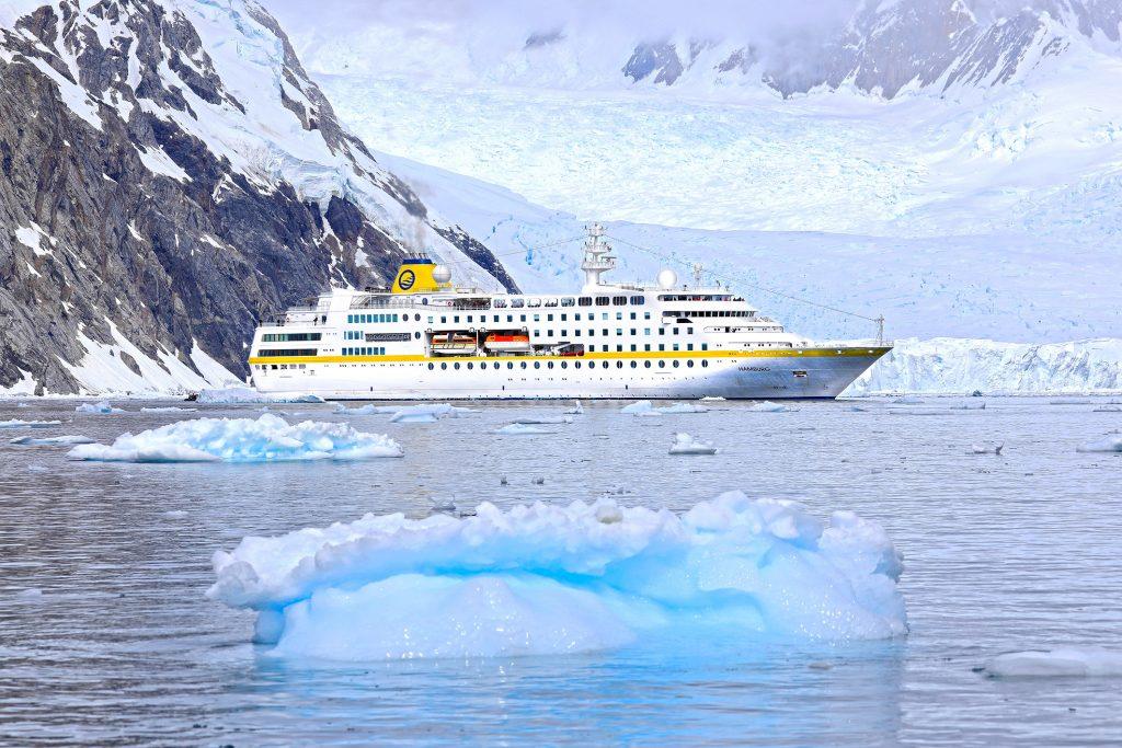 Die MS Hamburg fährt auf einer neuen Route von Buenos Aires über das Naturparadies Südgeorgien sieben Buchten des eisigen Kontinents an.