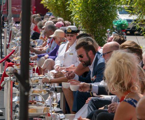 Cunard Line hat in Kiel das längste Schampus-Sofa der Welt installiert: Anlässlich des Erstanlaufes des Kreuzfahrtschiffes Queen Victoria haben Reederei, Kieler, Urlauber und Besucher gemeinsam THE QUEENS DAY am Ostseekai gefeiert.