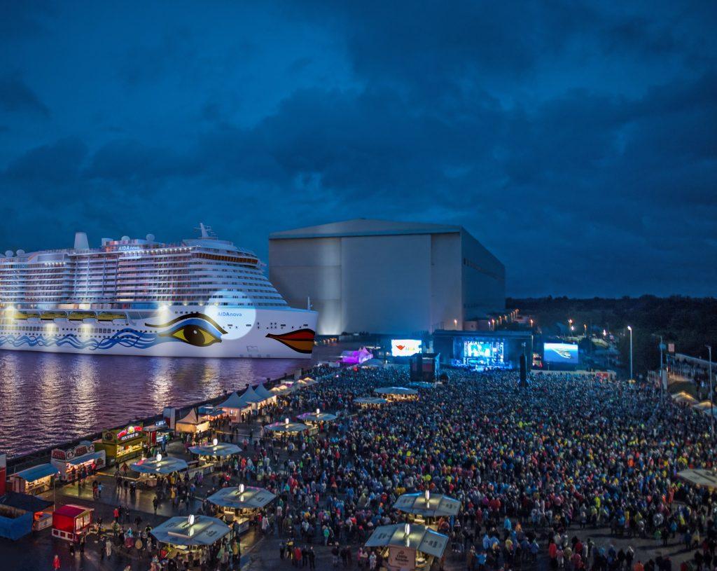 20 Decks, 2625 Kabinen,17 Restaurants und 23 Bars hat die AIDAnova. und kann als erstes Kreuzfahrtschiff der Welt zu 100 Prozent mit LNG betrieben werden.