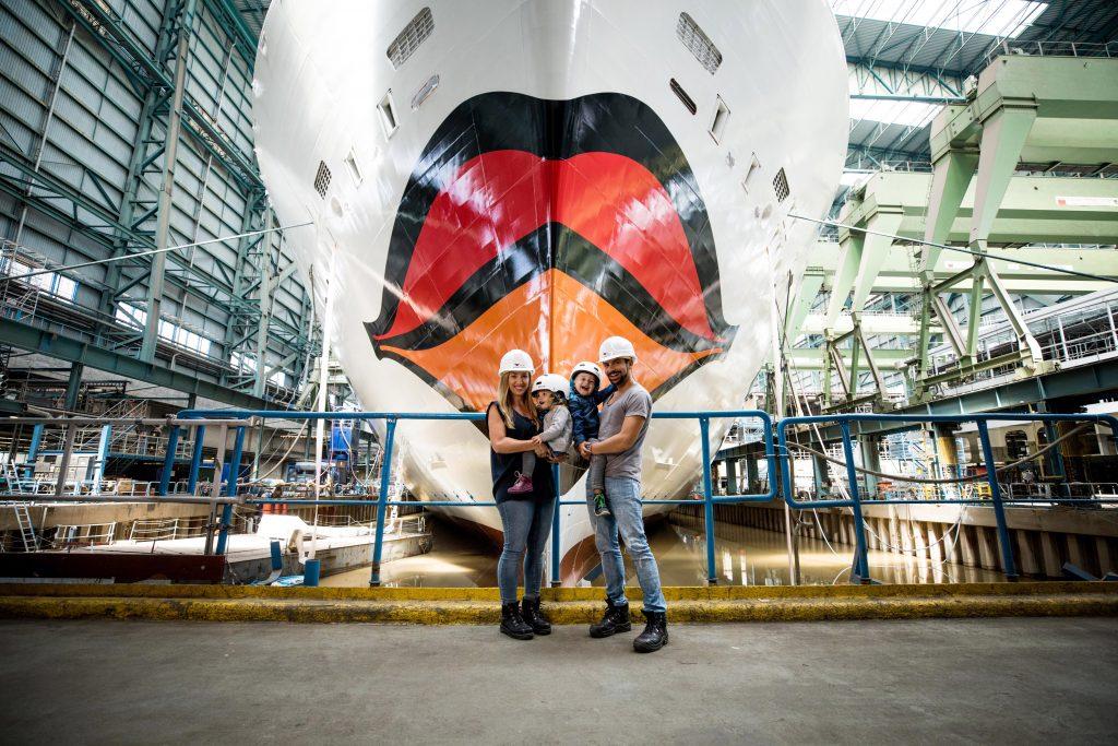 Zum ersten Mal beim Kreuzfahrtunternehmens AIDA Cruises tauft gleich eine ganze Familie das neueste Schiff AIDAnova. Familie Mirza aus Hanau in Hessen