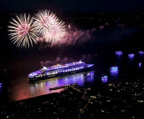 10 Jahre Hamburg Blue Ports von Lichtkünstler Michael Batz: die Queen Mary 2 war mit mehr als 300 Leuchtstoffröhren blau illuminiert