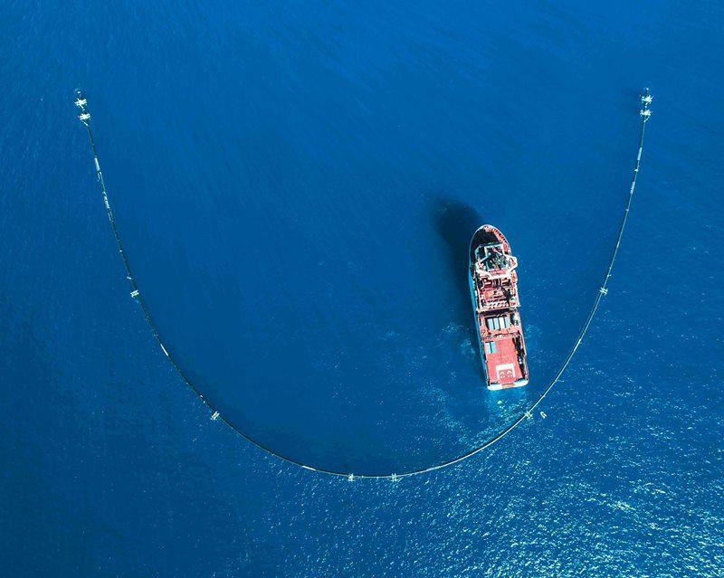Das Projekt The Ocean Cleanup hat sein Auffangsystem für Plastikmüll im Wasser erfolgreich installiert und damit seine Säuberungsaktion aufgenommen.