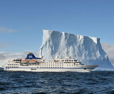 One Ocean Expeditions hat in Sydney, Nova Scotia, die ehemalige Hanseatic von Hapag-Lloyd Cruises auf den neuen Namen RCGS Resolute getauft.