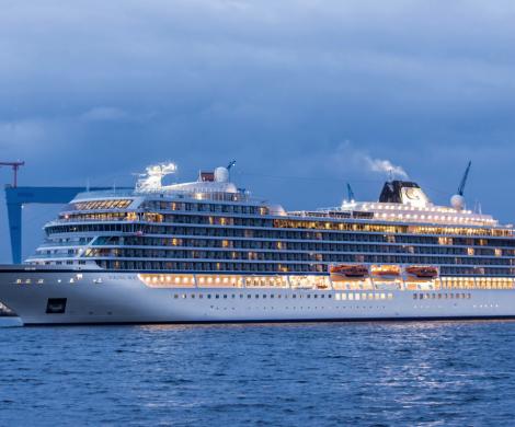 Begleitet von den Wasserfontänen eines Hafenschleppers lief das Kreuzfahrtschiff Viking Sky zum Erstanlauf in die Kieler Förde ein.