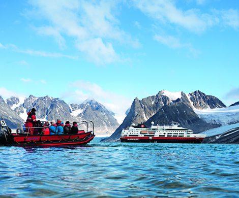Hurtigruten legt für die Wintersaison 2019/2020 erstmals begleitete Reisen für Gruppen in die Arktis (Kanada - Grönland) und die Antarktis auf
