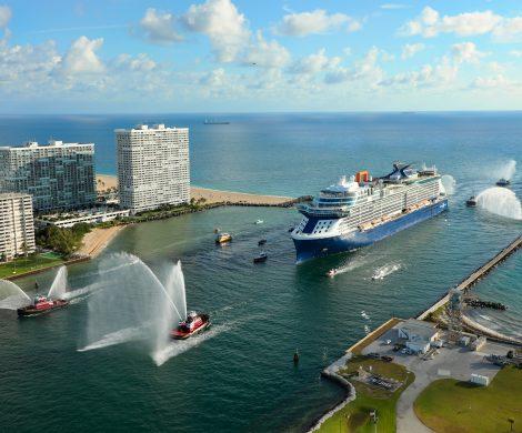 Das neue Kreuzfahrtschiff Celebrity Edge in ihrem Heimathafen Port Everglades in Fort Lauderdale, Florida, im Terminal 25 angekommen
