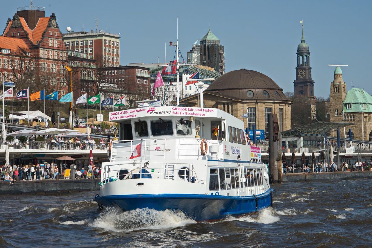Mit dem Schiff Kleine Freiheit können Gäste im Hamburger Hafen täglich Hafen- und Elbfahrten unternehmen – und zwar das ganze Jahr lang.