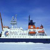 Das deutsche Forschungsschiff Polarstern lässt sich ab September 2019 bis Sommer 2020 für ein Jahr im Packeis der Arktis einschließen.