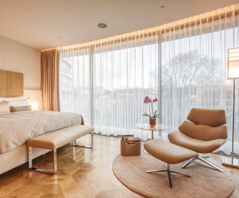 Im Hamburger Luxushotel The Fontenay kann jetzt eine original eingerichtete Europa 2 Suite gebucht werden: Wohnen wie auf dem Luxusschiff nun auch an Land.