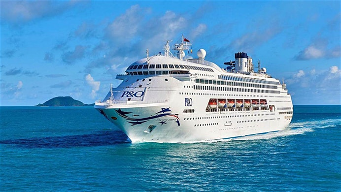 Die Pacific Dawn ist mit 2.000 Passagieren an Bord von einem tropischen Zyklon getroffen worden und hundert Kilometer westlich von Australien gestrandet.