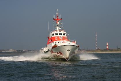 Ein Rettungskreuzer der Deutschen Gesellschaft zur Rettung Schiffbrüchiger (DGzRS) hat eine bei Wismar in der Ostsee auf Grund gelaufene Ausflugskogge mit 42 Menschen gesichert