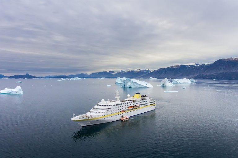 Im neuen Programm nimmt die MS Hamburg 2021 Kurs auf 37 neue Häfen und steuert mit maximal 400 Passagieren auf Expeditionskurs nach Grönland, in die Antarktis und entlang der Westküste Südamerikas zu Zielen jenseits des Massentourismus auf See.