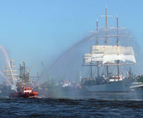 Der 830. Hamburger Hafengeburtstag, das größte Hafenfest der Welt, rund um die Landungsbrücken, die Speicherstadt, die HafenCity bis hin zum Fischmarkt und dem Museumshafen Övelgönne findet in diesem Jahr vom Freitag, den 10. Mai, bis zum Sonntag, den 12. Mai, statt.