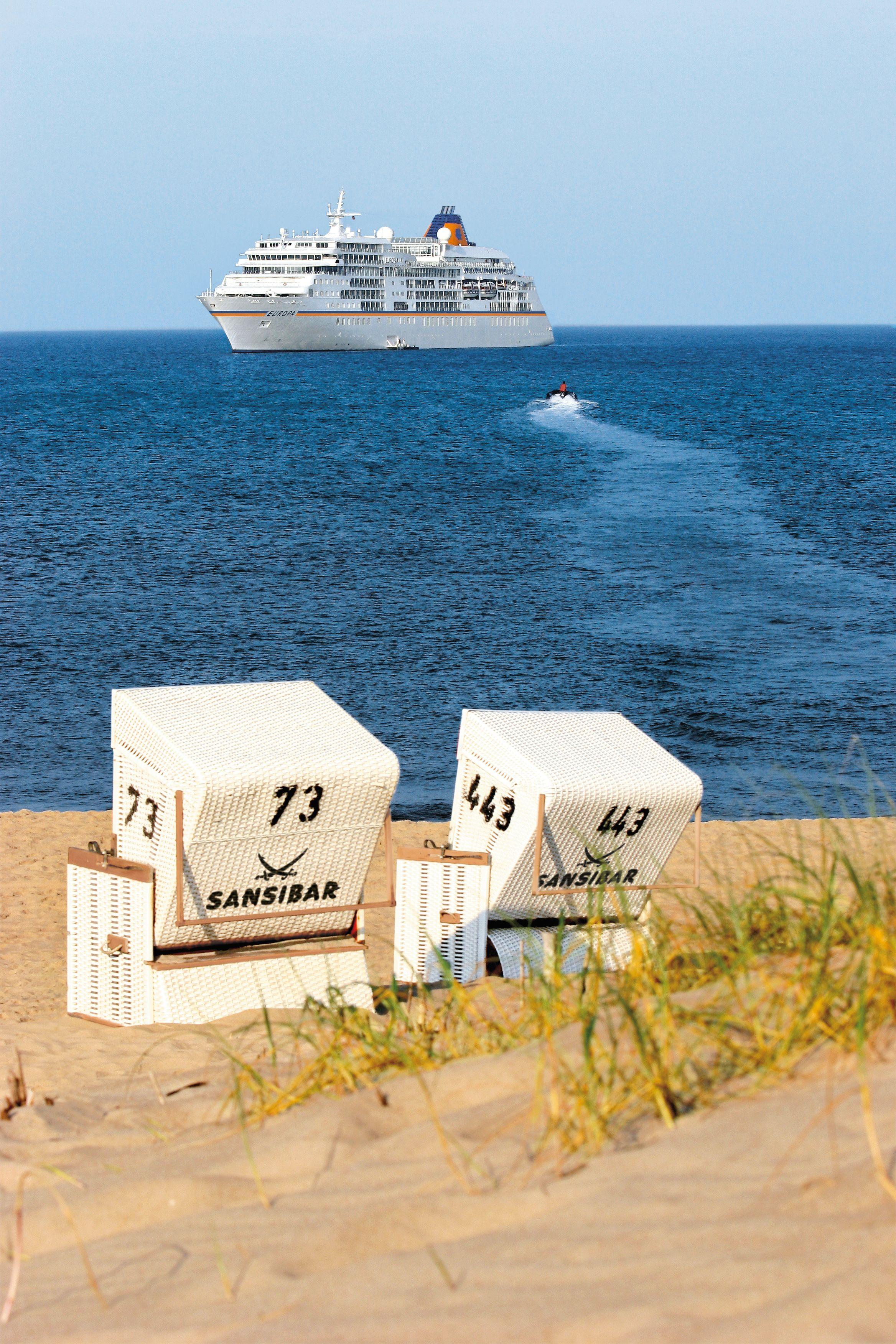 """Wenn das mit 5-Sterne-Plus ausgezeichnete Luxuskreuzfahrtschiff MS EUROPA am 12. Juli 2019 vor der Küste Sylts auf Reede liegt, wird das Finale von """"MS EUROPA meets Sansibar"""" gefeiert."""