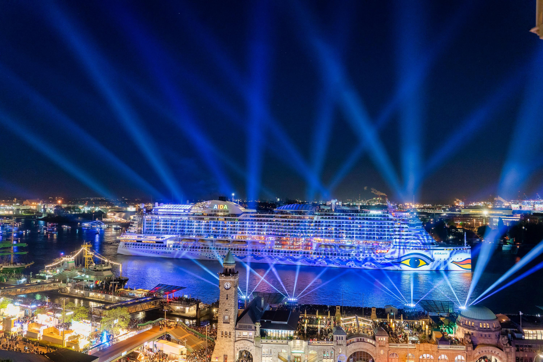 Zum 830. HAFENGEBURTSTAG HAMBURG präsentierte AIDA Cruises als Hauptsponsor das große Feuerwerk mit der AIDAperla auf der Elbe