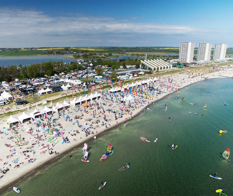 Das Surf-Festival Fehmarn eröffnet vom 30. Mai bis 2. Juni die Wassersport-Saison 2019. 30.000 Besucher kommen zur größten Windsurf-Mitmach-Messe Europas