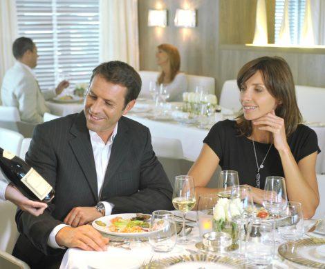Gourmet-Kreuzfahrten bei Ponant werden mit renommierten Partnern wie Chateau Latour, Ducasse Conseil oder auch Cuisine et Vins de France durchgeführt.