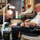 TUI Cruises holt Tattoo-Studios an Bord: Gäste können sich ab sofort auf der Mein Schiff 2 Tattoos von Künstler Chris Krafft stechen lassen.