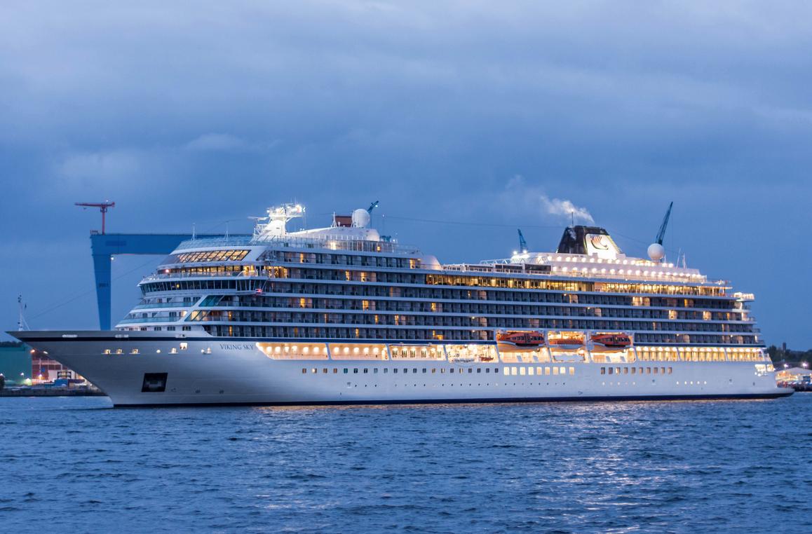 Die Passagiere der vor Norwegen bei schwerem Sturm in Seenot geratenen Viking Sky fordern jetzt hohe Entschädigungen. Die von der Reederei angebotenen Gutscheine für Kreuzfahrten genügen den meisten der insgesamt 1.300 betroffenen Passagieren nicht. Sie fordern für die - wie sie sagen- Tortur an Bord zehn Millionen Dollar Entschädigung