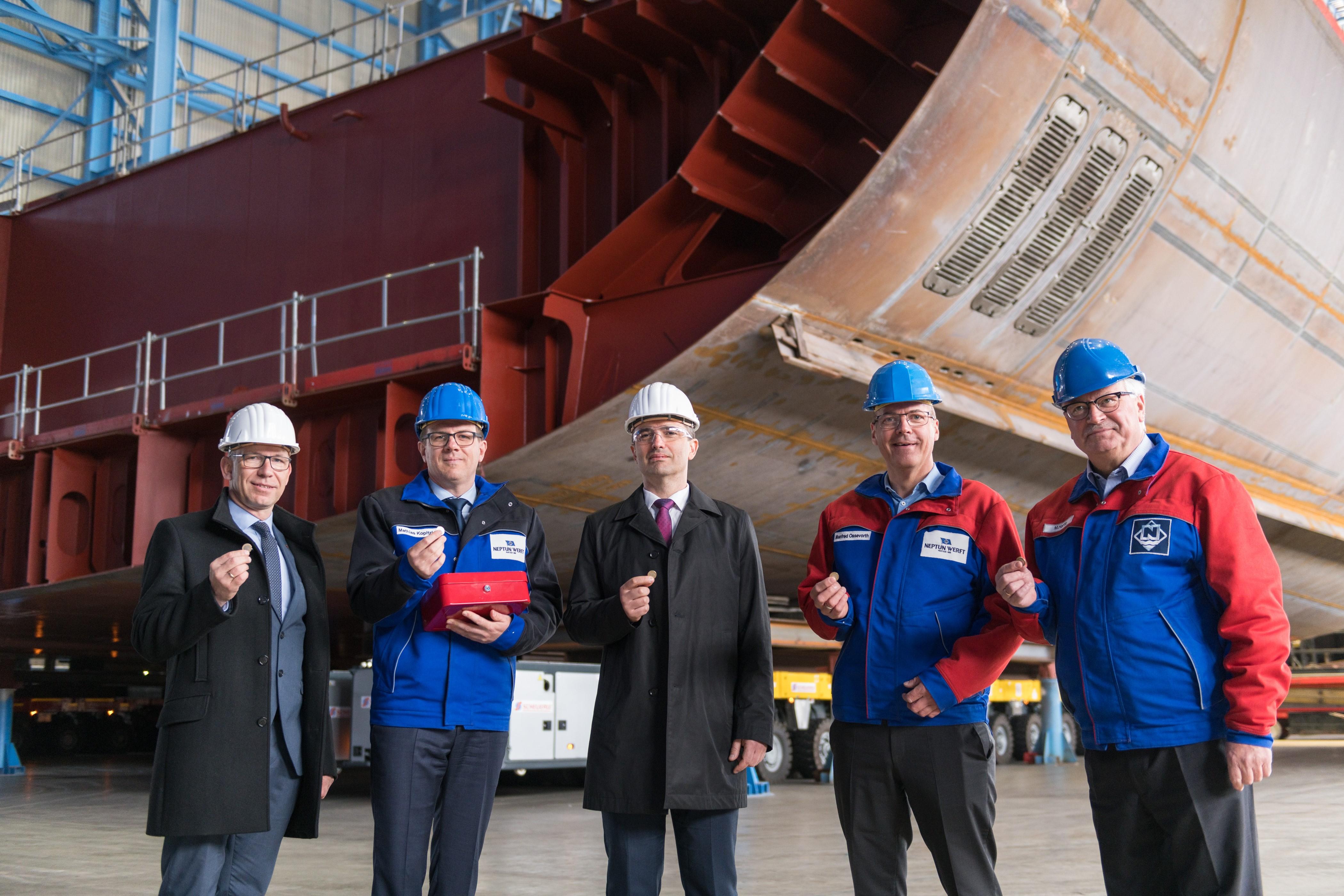 Auf der Neptun Werft wurde der erste Block für das Kreuzfahrtschiff Odyssey of the Seas für die Reederei Royal Caribbean International auf Kiel gelegt