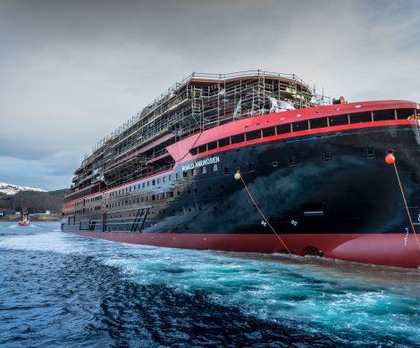 Die Roald Amundsen wird ihre Jungfernfahrt ab Hamburg machen: . Am 27. Juni wird das Schiff von der Hansestadtaus in Richtungnorwegische Fjorde aufbrechen.