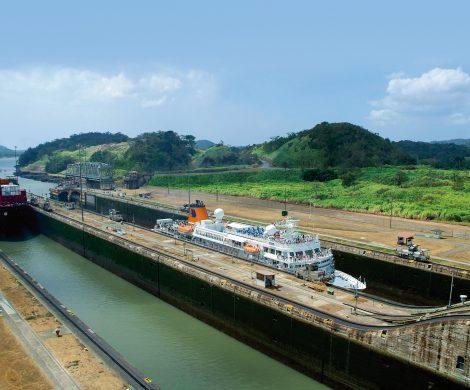 Die Expeditionsschiffe von Hapag-Lloyd Cruises nehmen Kurs auf die wichtigste Wasserstraße der Welt: den Panamakanal. Während der Expeditionsreisen in Süd- und Mittelamerika fahren die Schiffe tagsüber durch den Panamakana