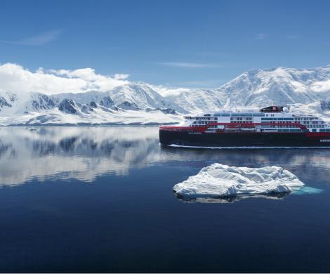 Die MS Roald Amundsen von Hurtigruten, das erste Hybrid-Expeditionsschiff der Welt, schreibt Geschichte: Erstmals wird eine Schiffstaufe in der Antarktis gefeiert.