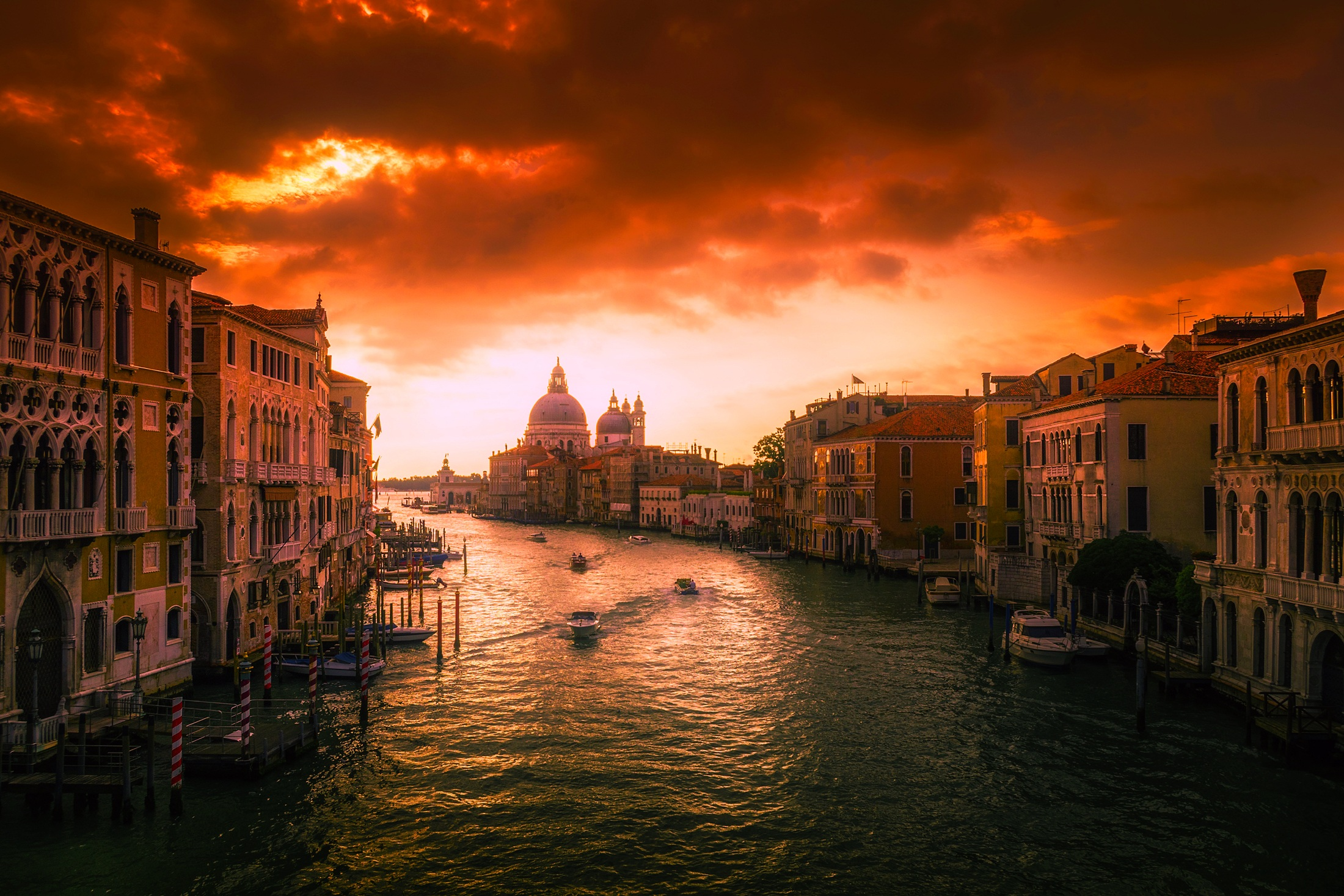 In Venedig ist erneut nur knapp ein Unfall mit einem Kreuzfahrtschiff vermieden worden. Die Costa Deliziosa geriet während eines schweren Gewitters außer Kontrolle.