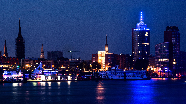Das Licht-Spektakel Blue Port Hamburg reicht in diesem Jahr über das Hafengebiet um die Speicherstadt, HafenCity und den Handelshafen hinaus: es gibt einige neue Standorte für die Lichtinszenierung,