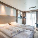 In original Kreuzfahrtkabinen können Gäste des Radisson Hotels in Wismar schlafen: Die MV Werften haben ein eigenes Hotel eröffnet. Das Besondere an dem Gebäude ist, dass die 98 Zimmer des Hotels aus luxuriösen Schiffskabinen bestehen