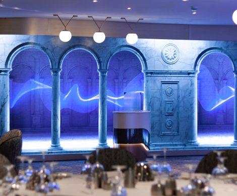 LED-Walls im Hauptspeisesaal und Treppenstufen, die als Klaviertasten dienen und farbig aufleuchten - die Spectrum of the Seas hat neueste LED-Technik