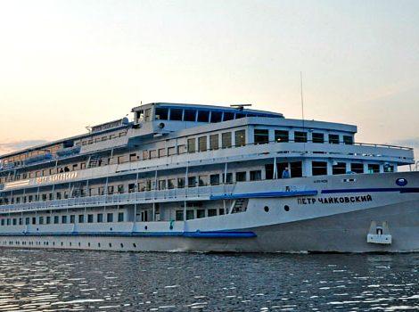 In St. Petersburg starb ein Mensch bei einem Brand auf einem Flusskreuzfahrtschiff. Die Pyotr Tchaikovsky der Reederei Orthodox Cruises, die auch von mehreren deutschen Veranstaltern gebucht wird, war aus noch unbekannten Gründen in Brand geraten.