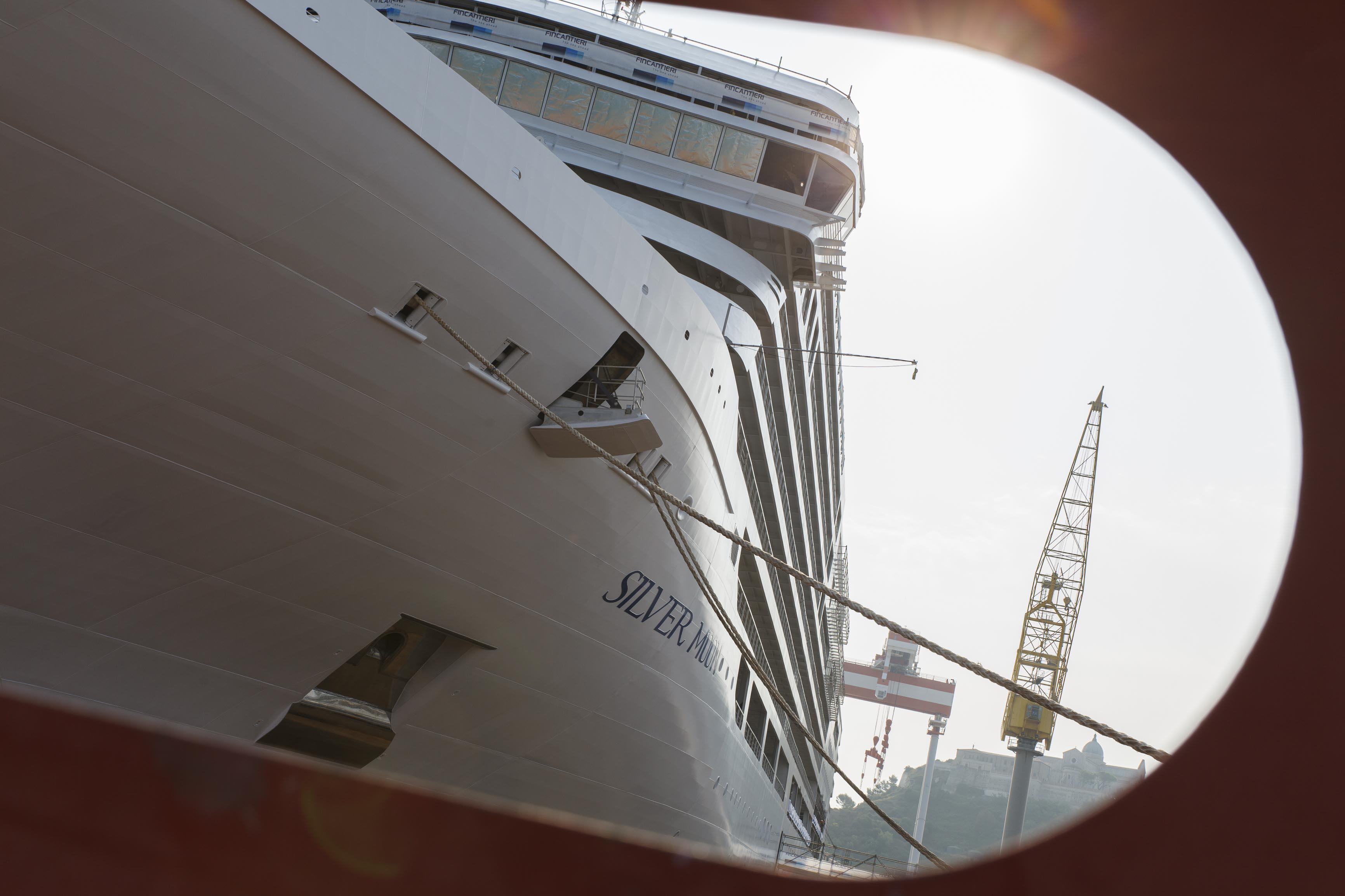 Silverseas neuestes Luxus-Kreuzfahrtschiff Silver Moon ist auf der Fincantieri Werft in Ancona, Italien, das erste Mal ins Wasser gelassen und an den Ausrüstungskai verlegt worden.