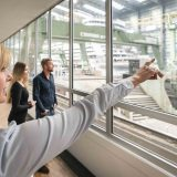 Eine der touristischen Top-Attraktionen in Norddeutschland: 250.000 Besucher lassen sich jährlich vom Schiffbau auf der Papenburger Meyer Werft begeistern.