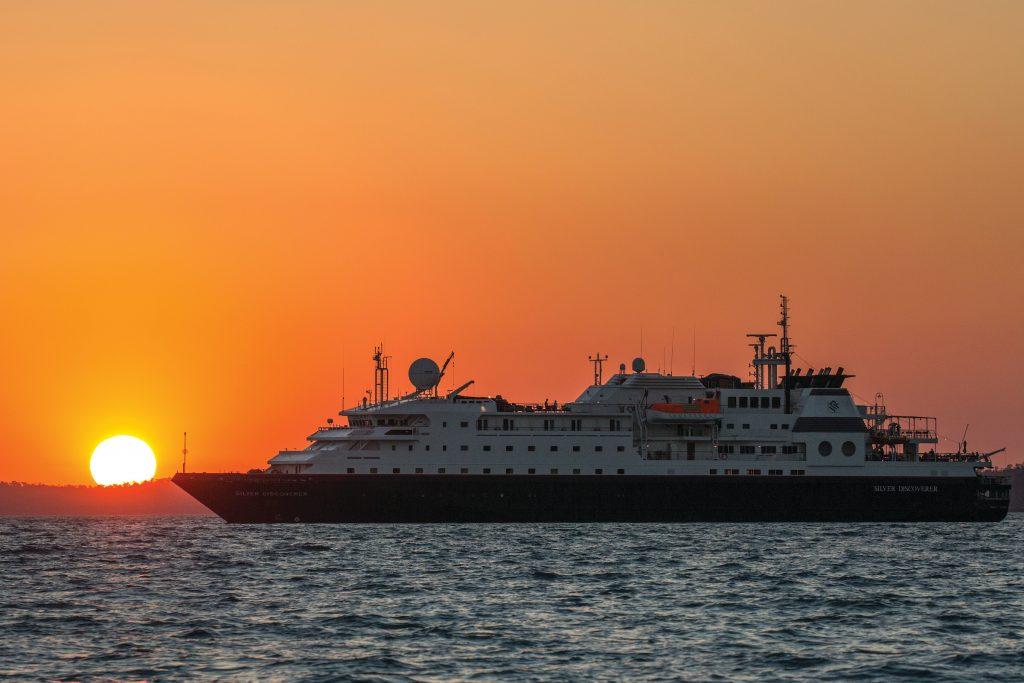 Das Kreuzfahrtschiff La Belle Des Oceans von Croisi Europe ist vor der thailändischen Inselgruppe Ko Phi Phi auf Grund gelaufen. Dabei wurde das Schiff schwer beschädigt, Wasser soll in den Rumpf eingedrungen sein.