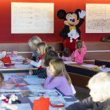 Mickey Mouse besuchte die 80 Kinder der Betriebs-Kita Nautilus. Disney Cruise Line beschenkte weltweit rund 1500 Kinder während der Weihnachtszeit