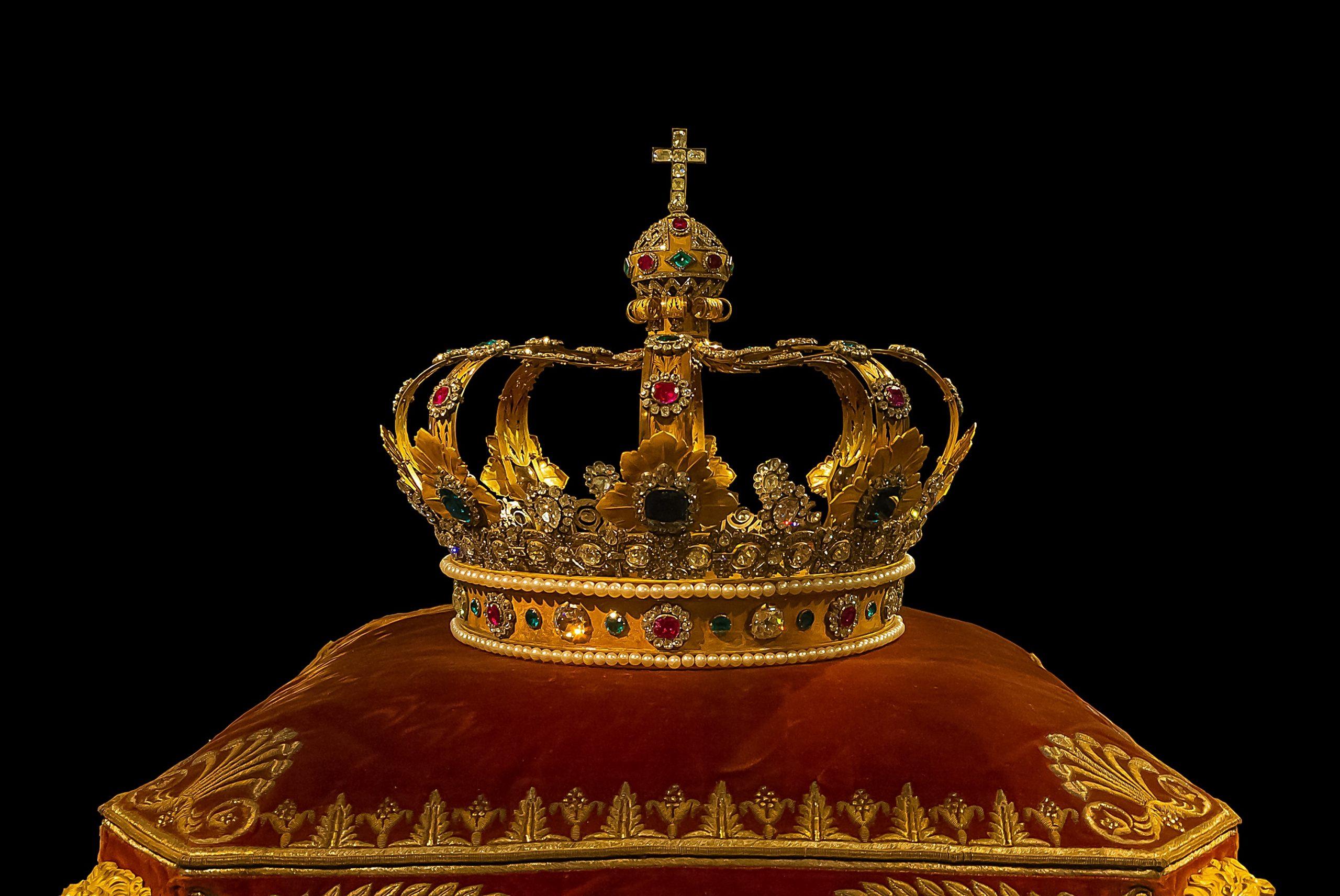 Royale Reisen bei A-Rosa: Ab der Saison 2020 wird der bekannte RTL-Adelsexperte Michael Begasse die Gäste auf ausgewählten Reisen auf Rhein und Donau in die Welt der beliebtesten Royals der Welt mitnehmen.