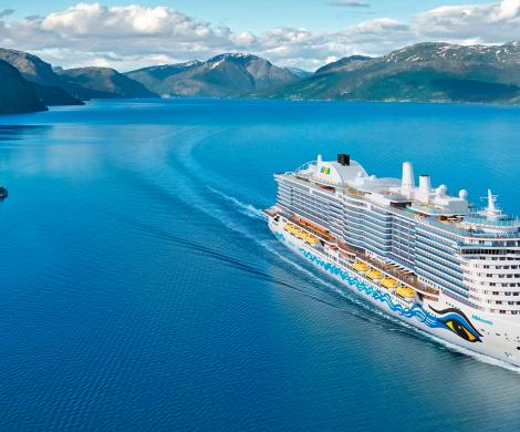 Die AIDAcosma wird im Sommer 2021 ab Kiel fahren und nimmt nach ihrer Indienststellung im Mai 2021 im Wechsel Kurs auf Norwegen und die Ostsee