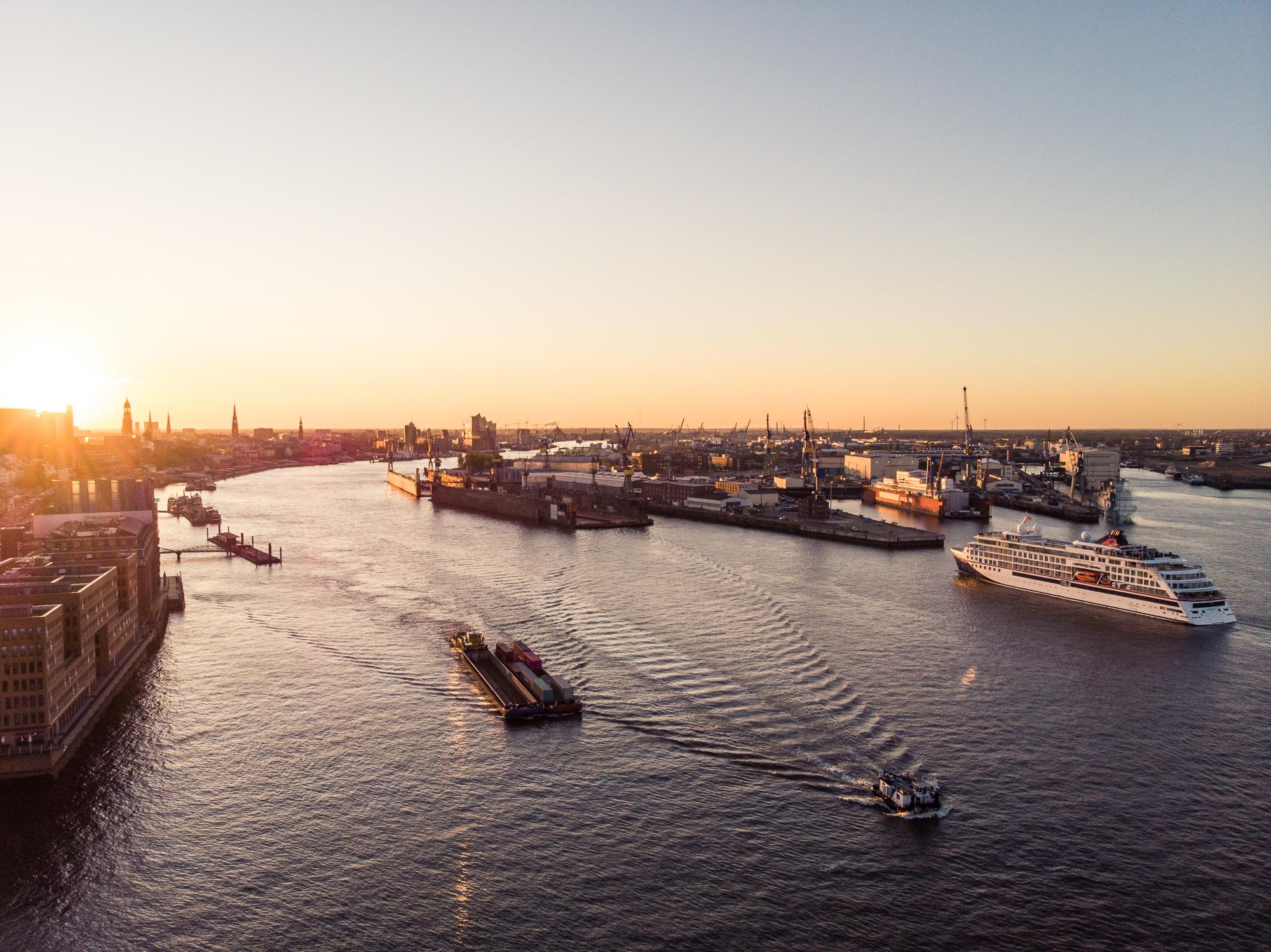 Die HANSEATIC nature, das Expeditionsschiff der neuen Generation von Hapag-Lloyd Cruises, ist im Hamburger Hafen angekommen. Auch das Schwesterschiff HANSEATIC inspiration sowie die beiden Luxusschiffe EUROPA und EUROPA 2 kehren zurück