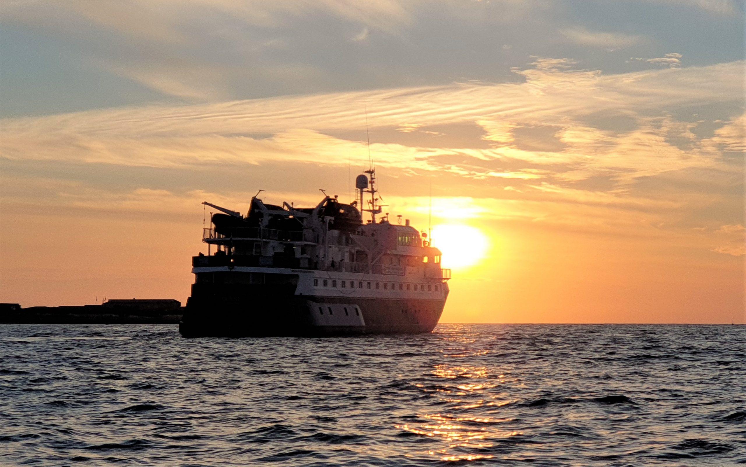 Reportage über eine Expedition mit dem Kreuzfahrtschiff Quest durch das Wattenmeer ab/bis Hamburg nach Helgoland, Sylt, Amrum & den Halligen