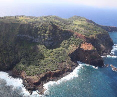 Pitcairns Steilküste ist zerklüftet und von Wellen umtost