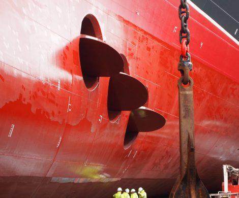 Das Bugstrahlruder der Queen Mary 2 strahlt frisch lackiert