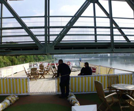 An den zahlreichen Brücken auf dem Neckar wird es eng: hier heißt es Kopf einziehen!