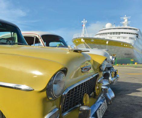 MS HAMBURG + Oldtimer in Santiago de Cuba
