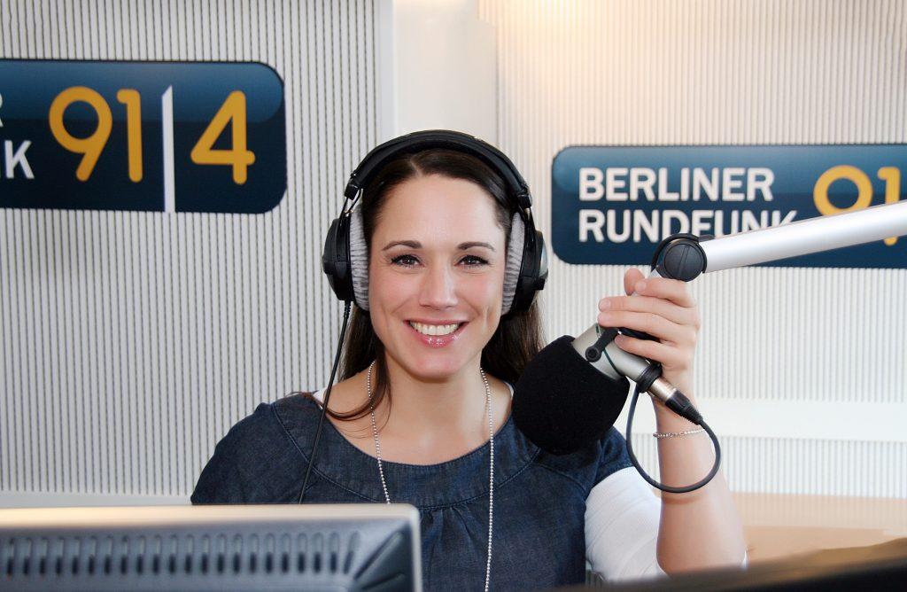 Die Gewinnerin des Deutschen Radiopreises, Simone Panteleit, spricht die Ansagen auf der Queen Mary 2