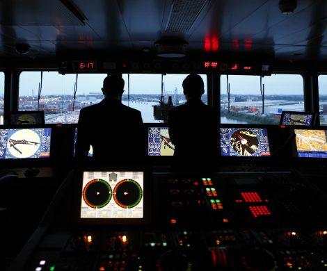 Auf der Brücke dominieren Computerbildschirme