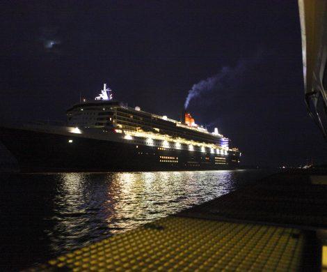 Mit dem Lotsenboot geht es auf der Elbe ganz nah ran an die Queen Mary 2